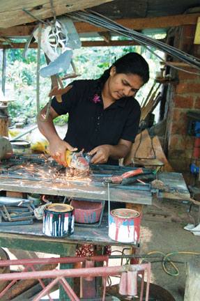 /ext/galleries/July_2011/20110320-SriLanka-Polonnarua-068welder.jpg